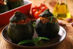 Zucchinies faszerował z mięsem i warzywami zdjęcia stock