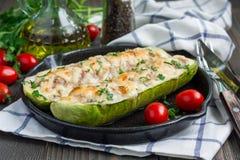 Zucchinifartyg som är välfyllda med jordmötet och överträffar med ost royaltyfri fotografi