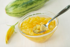 Zucchinimarmelade mit Zitrone Lizenzfreie Stockbilder