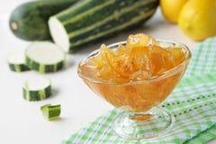 Zucchinimarmelade mit Zitrone in der Schüssel Stockbild