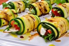 Zucchinin rullar med arugula, mozzarellaen och tomaten Arkivbilder