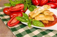 Zucchiniparmesanmatställe med basilika Royaltyfri Bild