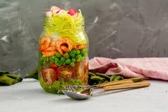 Zucchinipasta med räkor och avokadot i kruset royaltyfri fotografi