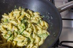 Zucchinipasta som har kocken hemma på en kastrull över en gasugn Arkivbild
