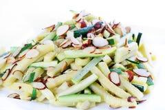 Zucchiniremsor och rostade mandelar Royaltyfri Bild