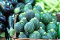 Zucchinis in einem Markt Lizenzfreies Stockfoto