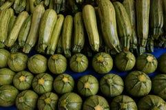 Zucchinis am Markt Stockfoto