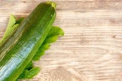 Zucchinis na drewnianym tle Zdjęcia Stock
