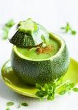 Zucchinisahnesuppe stockbild