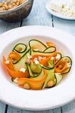 Zucchinisalat mit Karotten, Kichererbsen und Feta Lizenzfreies Stockbild