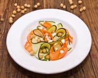 Zucchinisalat mit Karotten, Kichererbsen und Feta Lizenzfreie Stockbilder