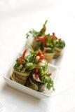 Zucchinisalat rollt mit Käse Stockfoto