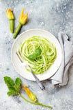 Zucchinispaghettis mit Basilikum Vegetarische kohlenhydratarme Gemüseteigwaren Zucchini Nudeln oder zoodles lizenzfreie stockfotografie