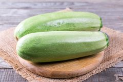 Zucchinizucchini på skärbräda Arkivfoton