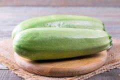 Zucchinizucchini på skärbräda Royaltyfri Bild