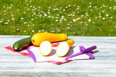 Zucchino fresco tre sulla tavola di legno luminosa rustica con naturale fotografie stock libere da diritti