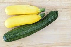 Zuchini verde y amarillo Fotos de archivo libres de regalías