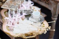 Zucker auf Stöcken und rosa Knallkuchen Stockbild