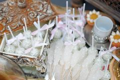 Zucker auf Stöcken und rosa Knallkuchen Lizenzfreies Stockbild