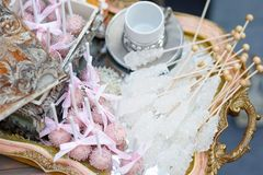 Zucker auf Stöcken und rosa Knallkuchen Lizenzfreie Stockbilder