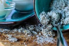 Zucker des grünen Tees scheuert sich in einer blauen Schale Stockbild