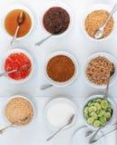 Zucker-, Fischsauce, Essig, Paprikapulver, Zitrone und Erdnuss-Pulver in den Gläsern stockbilder