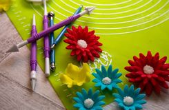 Zuckerblume und -werkzeuge für Zuckerdekoration Zuckerdekorationshintergrund Werkzeug für das Modellieren der Zuckerpaste Stockfoto
