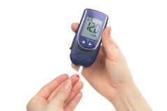 Zuckerkrankes geduldiges messendes waagerecht ausgerichtetes Blut der Glukose Lizenzfreie Stockbilder