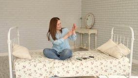 Zuckerkrankes Mädchen sitzt auf dem Bett und dem Skalainsulin in die Spritze für Einspritzung stock footage