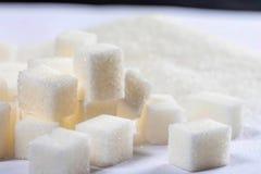 Zuckerkristalle mit Süßigkeit stockbild