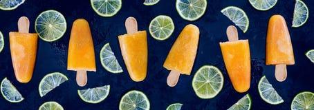 Zuckerloses und natürliches Orangensafteis am stiel mit Kalkscheiben Lizenzfreies Stockbild