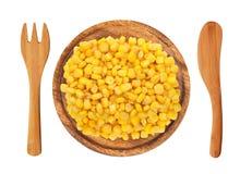 Zuckermaiskorn auf der hölzerner Platte, Gabel und dem Messer lokalisiert Lizenzfreies Stockfoto