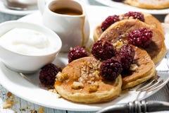 Zuckermaispfannkuchen mit Beeren und Karamell sauce zum Frühstück Lizenzfreie Stockbilder