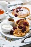 Zuckermaispfannkuchen mit Beeren und Karamell sauce zum Frühstück Stockfoto