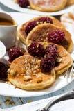 Zuckermaispfannkuchen mit Beeren und Karamell sauce zum Frühstück Lizenzfreie Stockfotos