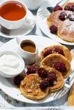 Zuckermaispfannkuchen mit Beeren und Karamellsoße Stockfotos