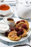 Zuckermaispfannkuchen mit Beeren und Karamellsoße Stockfoto