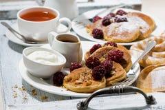 Zuckermaispfannkuchen mit Beeren und Karamellsoße Lizenzfreies Stockbild