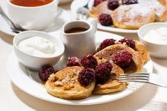 Zuckermaispfannkuchen mit Beeren zum Frühstück Stockfotos