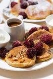 Zuckermaispfannkuchen mit Beeren zum Frühstück, vertikale Nahaufnahme Stockfoto