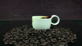 Zuckern Sie das Fallen in Zeitlupe innerhalb der Schale italienischen Kaffees des Espressos mit Schaum auf weißem Hintergrund, Le stock video