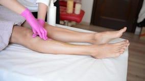 Zuckern Sie Enthaarung der Füße im Schönheitssalon stock video