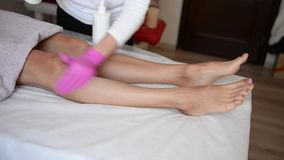 Zuckern Sie Enthaarung der Füße im Schönheitssalon stock footage