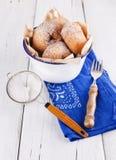 Zuckern Sie pulverisierte Zimtdonuts in einem Metall-rusti Stockfotos