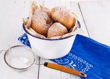 Zuckern Sie pulverisierte Zimtdonuts in einer Metallrustikalen Schüssel auf weißem hölzernem Hintergrund mit Siebabschluß oben Lizenzfreies Stockfoto