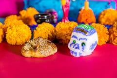 Zuckern Sie Schädel, totes Brot und mexikanische Ringelblumenblume - Tag der toten Feier Lizenzfreie Stockfotografie