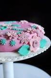 Zuckerpastenblumen auf rosa Kuchen Lizenzfreie Stockfotos