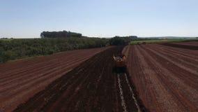 Zuckerrohr-Luftvideo- mechanisiertes pflanzendes Zuckerrohrfeld im Sao Paulo Brazil - Lufttransportwagen in folgendem Traktor stock video footage