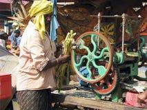 Zuckerrohrsaftverkäufer in Puri stockfotos
