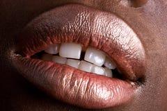 Zuckerrosafarbener Lippenstift auf African-Americanhaut Lizenzfreies Stockbild